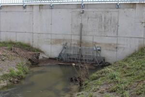 Dieses Drosselbauwerk regelt die Wassermenge - ein Minibauwerk im Vergleich zu dem, in Waizenkirchen geplanten ...